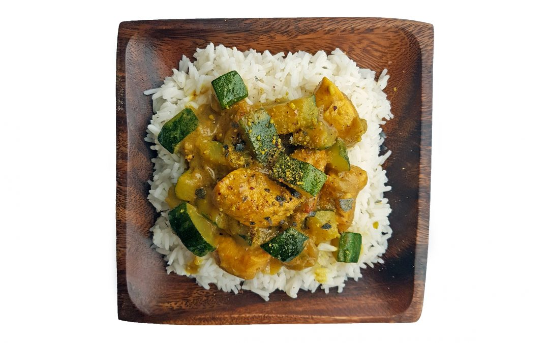Arroz basmati con leche de coco al curry, pollo y calabacín