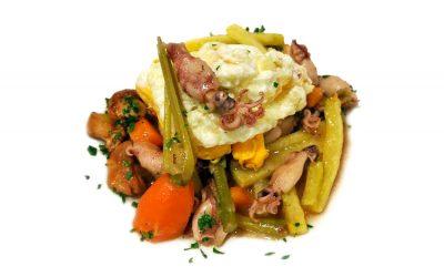 Salteado de setas, espárragos y chipirones con huevo frito y patatas