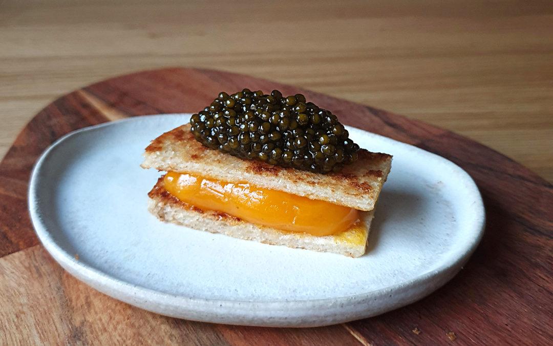 Receta de bikini de yema curada trufada con caviar