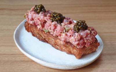 Steak tartar con caviar sobre croissant crujiente