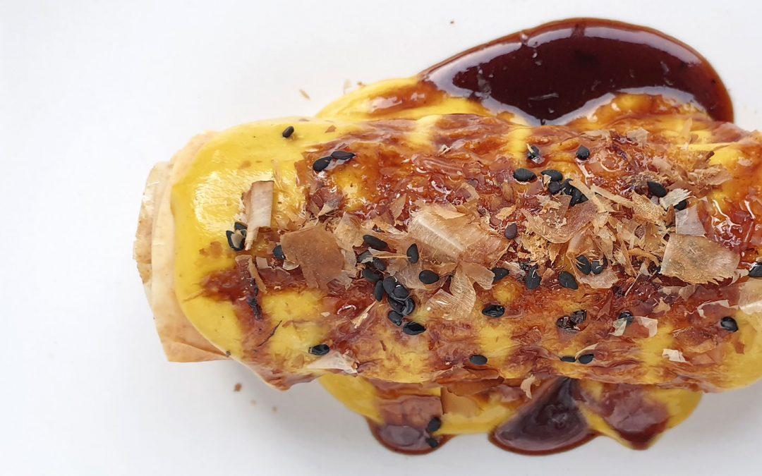 Canelón crujiente de pollo a l'ast con bechamel de ají amarillo