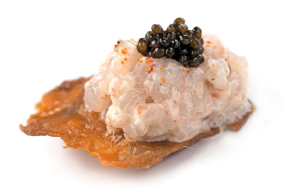piel-crujiente-con-tartar-de-gamba-y-caviar-elcoladorchino