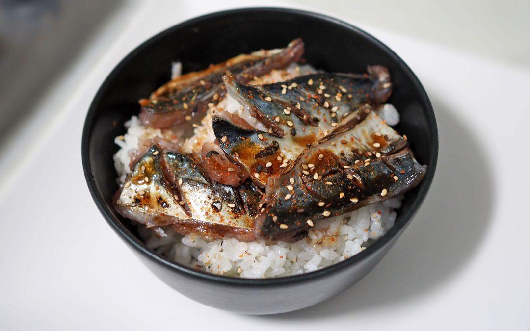Caballa marinada, salsa teriyaki y arroz de sushi